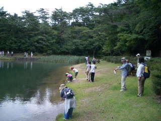 キャンプ地の池にて